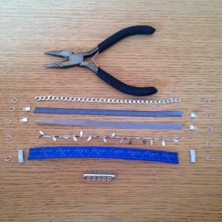 5 rubans ou chaînes et les couper de la même taille ( taille du poignet ), 1 fermoir, 10 anneaux, attaches ( si nécessaire pour fixer les anneaux aux rubans par exemple ), une pince