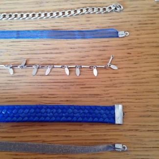 Étape 1 : fixer les attaches aux rubans à l'aide de la pince (astuce : utiliser de la super Glue dans les attaches, les rubans tiendront mieux)