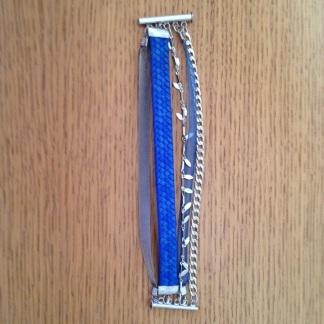 Étape 2 : fixer les anneaux en reliant le fermoir et chaque ruban/chaîne à l'aide de la pince.