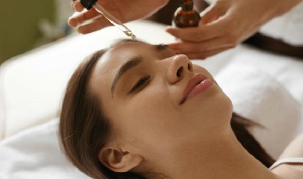 huile-nettoyante-visage-tendances-beauté-femme-noix-coco-olives-huiles-essentielles